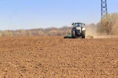 vista della semina del trattore nel campo in primavera Fotografia Stock Libera da Diritti