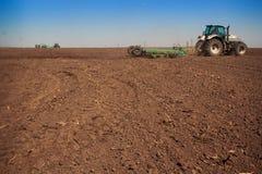 vista della semina della seminatrice del trattore nel campo arato Fotografia Stock