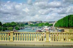 Vista della Senna con le barche commoventi di crociera del fiume Immagine Stock Libera da Diritti