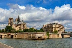 Vista della Senna e della cattedrale del Notre-Dame de Paris fotografia stock