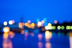 Vista della sfuocatura della luce notturna con la luce di riflessione in acqua Immagine Stock