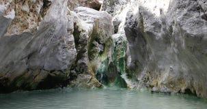 Vista della sorgente di acqua calda di Sumatra stock footage