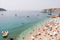 Vista della spiaggia al centro di villeggiatura mediterraneo Immagini Stock
