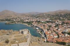 Vista della spiaggia della città dell'isola di Lemnos/Limnos dalla fortezza medievale Paesaggio greco della città di Myrina Fotografia Stock Libera da Diritti