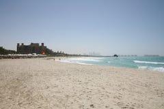 Vista della spiaggia con il ricorso di Qasr di Al Fotografia Stock Libera da Diritti