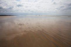 Vista della spiaggia con la sabbia ed il cielo Immagini Stock Libere da Diritti