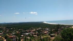 Vista della spiaggia con le case dalla cima della montagna Fotografia Stock
