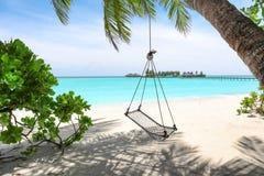 Vista della spiaggia con le oscillazioni fotografie stock
