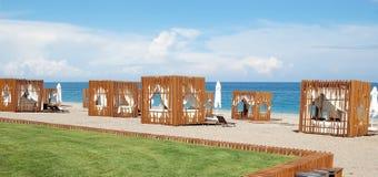 Vista della spiaggia con le tende alla moda in un hotel di alta classe Fotografia Stock