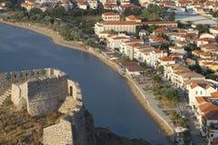 Vista della spiaggia da un castello greco immagine stock