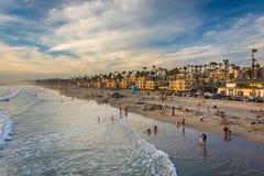 Vista della spiaggia dal pilastro in riva dell'oceano, California Fotografia Stock