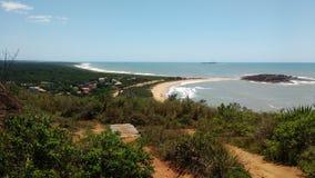 Vista della spiaggia dalla cima della montagna Fotografia Stock
