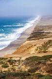 Vista della spiaggia dalla traccia al faro nel punto Reyes National Shoreline, California immagini stock libere da diritti