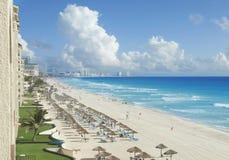 Vista della spiaggia, del mar dei Caraibi e delle nuvole in Cancun, Messico Immagine Stock