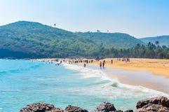 Vista della spiaggia del mare di Goa nel chiaro giorno soleggiato luminoso da una distanza fotografia stock