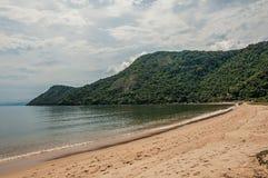 Vista della spiaggia, del mare e della foresta il giorno nuvoloso in Paraty Mirim fotografia stock libera da diritti