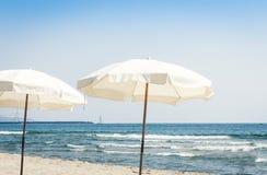 Vista della spiaggia del mare ionico vicino a Catania, Sicilia, Italia, lido Cled con gli ombrelli bianchi immagine stock libera da diritti