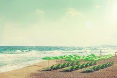 Vista della spiaggia del mare - ombrelli e sedie a sdraio Fotografie Stock Libere da Diritti