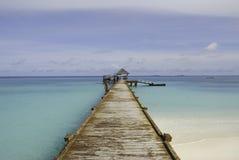 Vista della spiaggia del molo della barca delle Maldive Immagini Stock Libere da Diritti