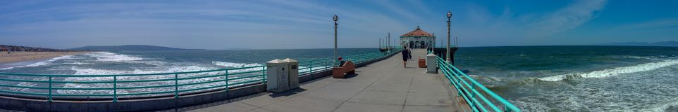 Vista della spiaggia di California del sud dal pilastro su panorama di giorno soleggiato immagine stock libera da diritti