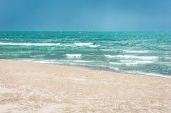 Vista della spiaggia di Catania, Sicilia, Italia prima del temporale fotografie stock