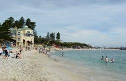 Vista della spiaggia di Cottesloe durante la scultura tramite la mostra del mare perth Australia occidentale fotografie stock