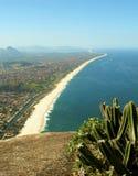 Vista della spiaggia di Itaipuacu della parte superiore della montagna di Mourao Fotografie Stock