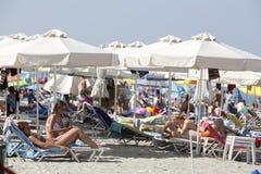Vista della spiaggia di Katerini in Grecia La gente gode del fresco Immagine Stock