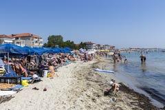 Vista della spiaggia di Katerini in Grecia La gente gode del fresco Immagine Stock Libera da Diritti