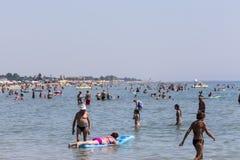 Vista della spiaggia di Katerini in Grecia La gente gode del fresco Fotografie Stock