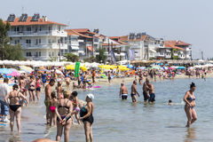 Vista della spiaggia di Katerini in Grecia La gente gode del fresco Fotografia Stock