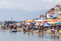 Vista della spiaggia di Katerini in Grecia La gente gode del fresco Immagini Stock Libere da Diritti