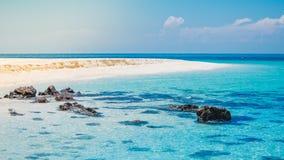 Vista della spiaggia di sabbia e del mare blu Fotografie Stock Libere da Diritti