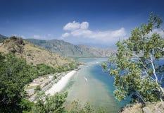 Vista della spiaggia e della costa vicino a Dili nel leste del Timor Est Immagini Stock