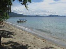 Vista della spiaggia nell'isola Nabire Papuasia Indonesia di Nusi immagine stock