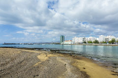 Vista della spiaggia a passeggiata di Arrecife, Lanzarote Immagini Stock Libere da Diritti