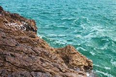 Vista della spiaggia rocciosa Fotografie Stock Libere da Diritti