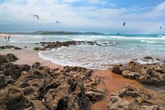 Vista della spiaggia sabbiosa all'oceano Fotografia Stock Libera da Diritti