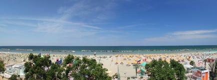 Vista della spiaggia sabbiosa del mare adriatico dal balcone di Fotografia Stock Libera da Diritti