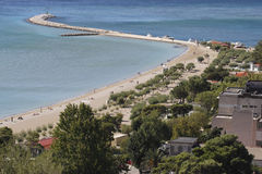 Vista della spiaggia sabbiosa della città in Omis Immagine Stock Libera da Diritti