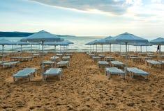 Vista della spiaggia in spiaggia piena di sole Immagini Stock Libere da Diritti