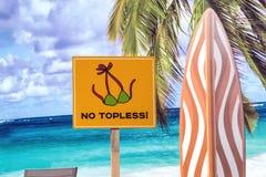 Vista della spiaggia sui precedenti delle palme del mare, del cielo e Fotografia Stock Libera da Diritti