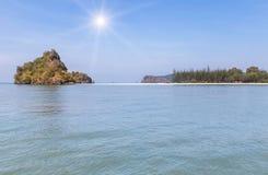 vista della spiaggia tropicale in mare delle Andamane a Krabi thailand fotografia stock libera da diritti