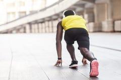 Vista della spina dorsale Atleta africano nella posa di inizio corrente Fotografie Stock Libere da Diritti
