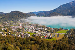 Vista della st Gilgen, Wolfgangsee e montagne fotografie stock libere da diritti