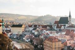 Vista della st Vitus Church, case e fiume in Cesky Krumlov in repubblica Ceca La chiesa è una della conduttura Fotografie Stock Libere da Diritti