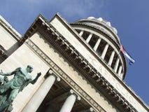Vista della statua, della cupola e della bandierina del capitol Immagini Stock