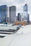 Vista della stazione dell'incrocio del sud a Docklands, Melbourne e grattacieli Fotografia Stock