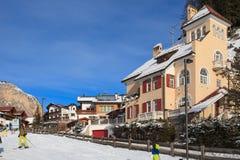 Vista della stazione sciistica in alpi Immagini Stock