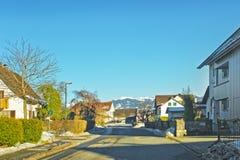 Vista della strada ad un villaggio Svizzera nell'inverno Fotografia Stock